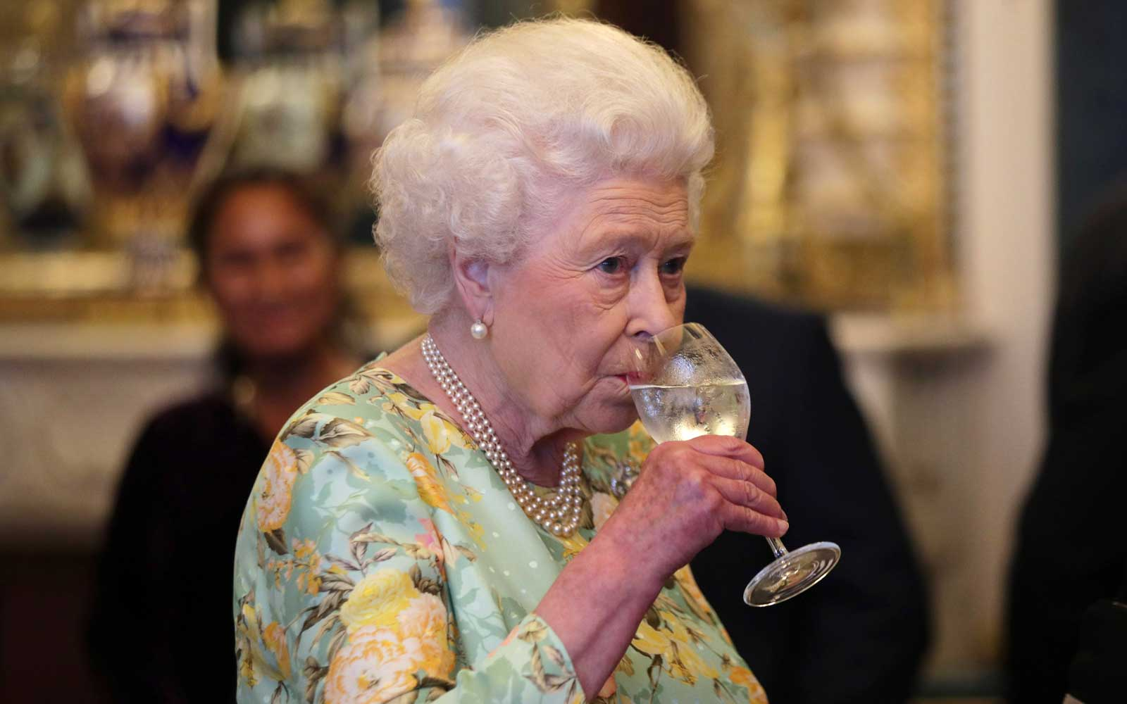 queen-elizabeth-ii-drinks-alcohol0717.jpg