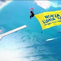 A Nokia Lumia 1020 beejtőernyőzik Dubajba