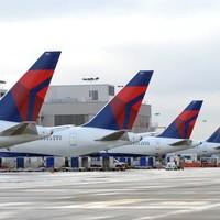 Okostelefonokat ad a légikísérők kezébe a Delta Air Lines