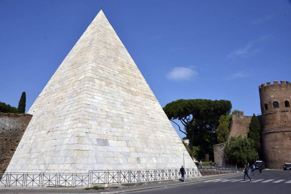 pyramid-of-caius-cestius-ma.jpg