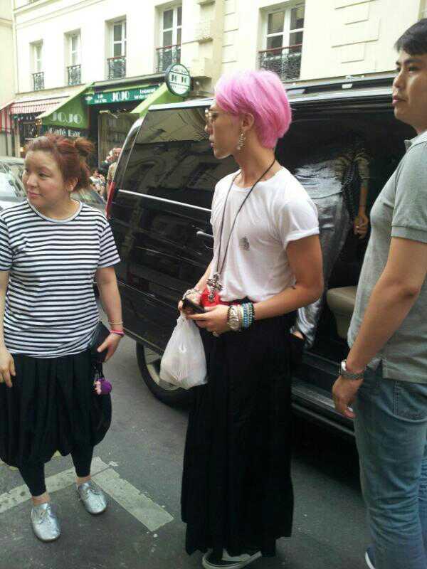 G-Dragon szoknyában. És rózsaszín hajjal. Dupla buzifaktor(?) Képforrás: Asian Pop Addict
