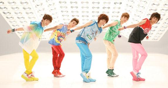 A Shinee sem a férfias öltözékeiről ismert. Gay? Nem. Viszont jól eladható kollekció a nagy számú női rajongótábornak.