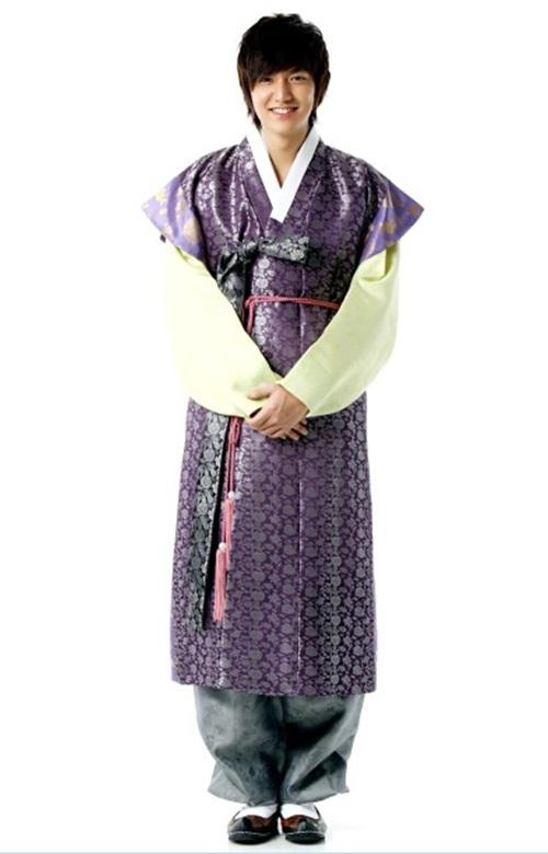 I Minho hanbokban. Fotó: en.korea.com