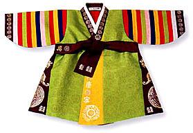 Gyerekhanbok. A toldzsanshi (első születésnap) alkalmából a gyerekek nagyon színes hanbokot viselnek. Fotó: Life in Korea