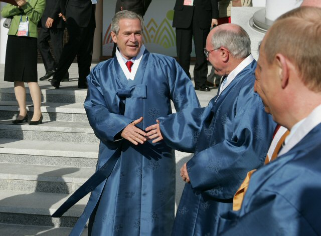 George Bush turumagiba bújtatva. Fotó: eDaily