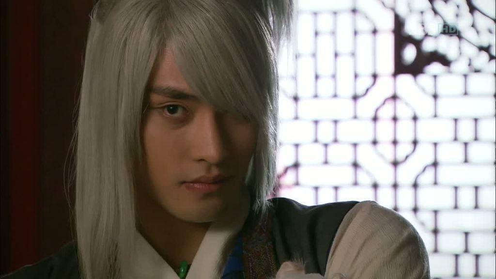 Jó pasi idióta parókában (Szong Hun mint Fuvolás fiú).
