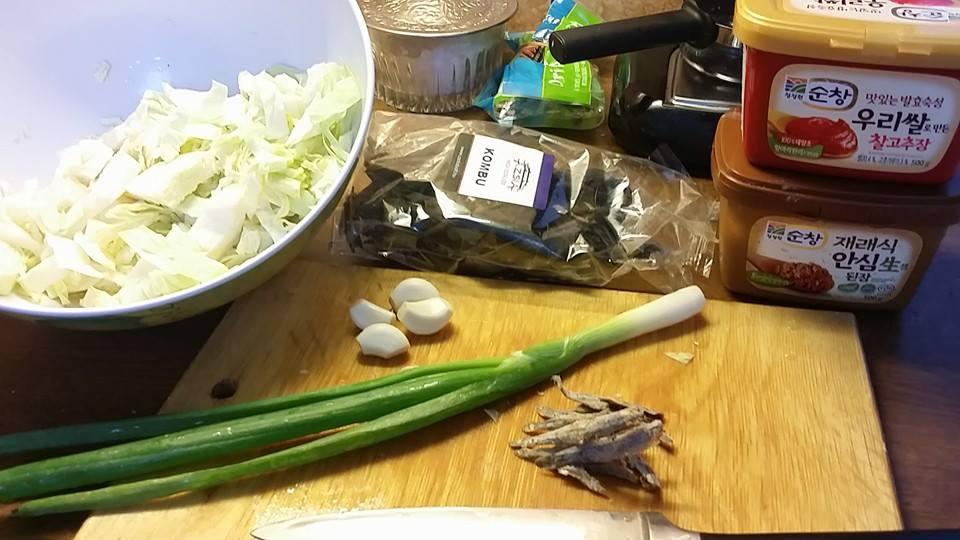 Káposztás szójababkrém-leves, mungóbabcsíra saláta