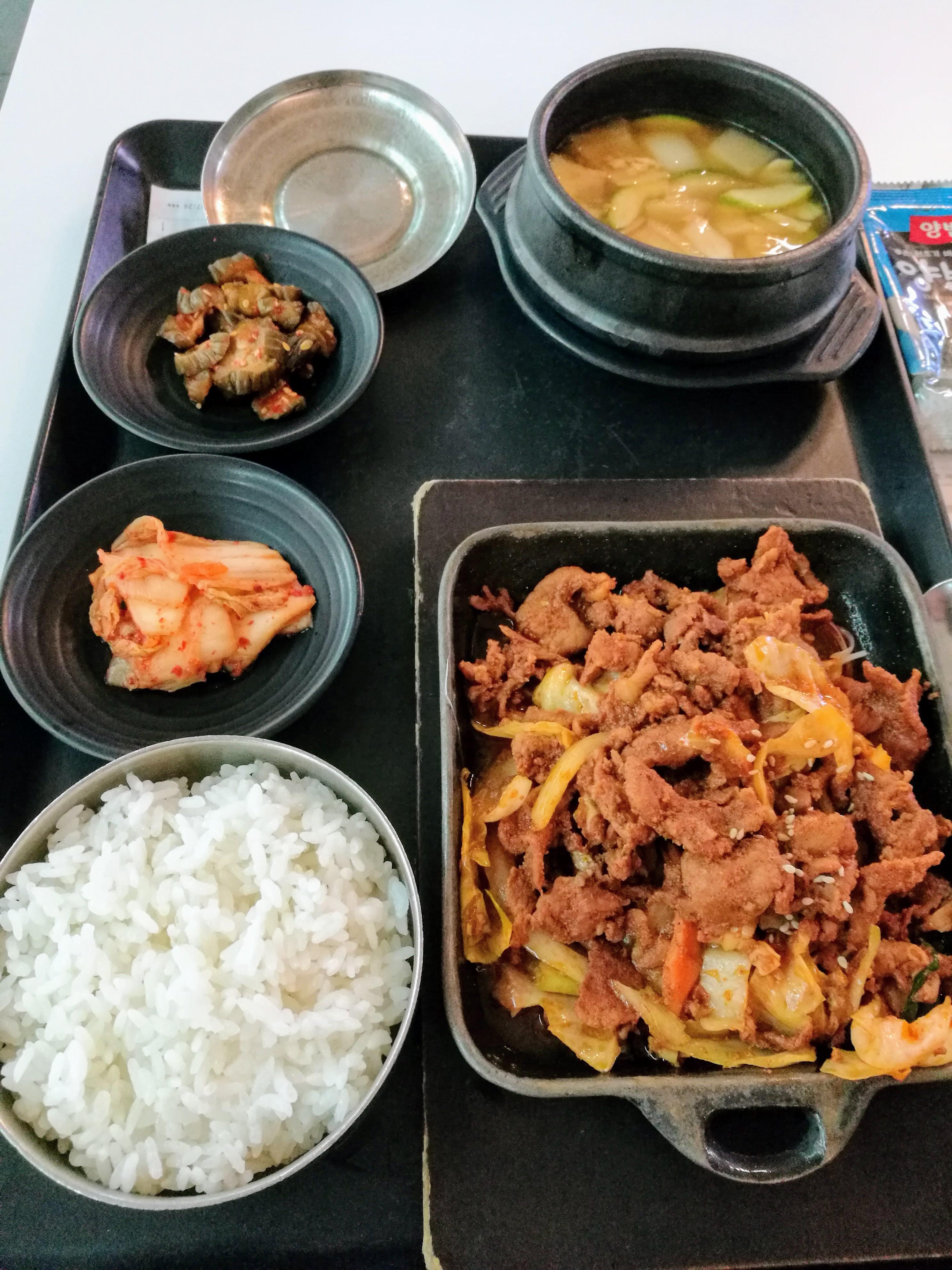 reptéri kaja 2000 forintból: bulgogi, rizs, töndzsang (szójakrém) leves, kimcshi, oi szobagi (csípős uborka).