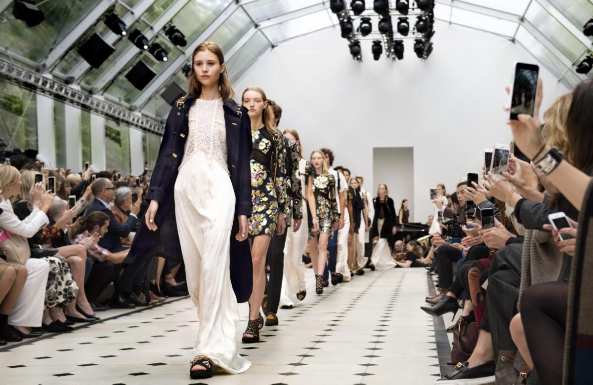 burberry-womenswear-s_s16-show-finale_lofficielsingapore_modified.jpg