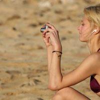 Paris Hilton bikiniben annak a pár rajongónak