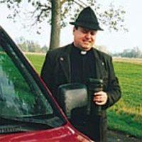 A pap puskával öldösi a vadakat
