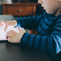 Telefon, tablet, laptop gyerek kezébe nem való!