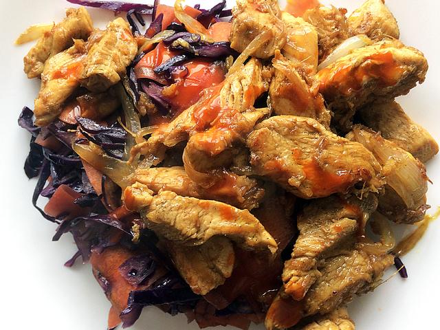 hagymás csirke pirított zöldségágyon