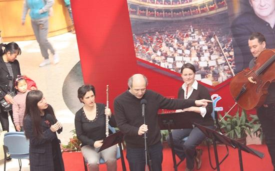 Fischer Iván üdvözli a gyerekeket és a szüleiket, röviden bemutatja az errefelé ritka hangszereket és a zenéről is szól néhány szót.