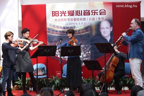 Eckhardt Violetta (hegedű), Illési Erika (hegedű), Csoma Ágnes (brácsa) Dvorák Lajos (cselló, a kottatartó takarásában), Ács Ákos (klarinét)