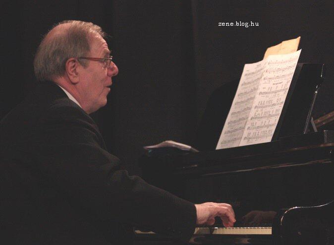 a zongoránál Hegedüs Valér