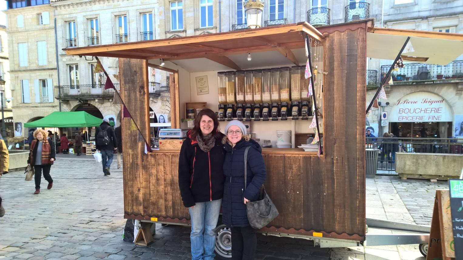 A La ptite roulotte mosolygós tulajdonosnője (balra), mellette pedig egy mobil kimérős boltot nyitni vágyó aspiráns (aki azóta szintén megnyitotta a saját furgonboltját)