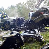 Kiégett egy Mercedes a 82-es főúton - a sofőr egy baleset bejelentése közben ütközött