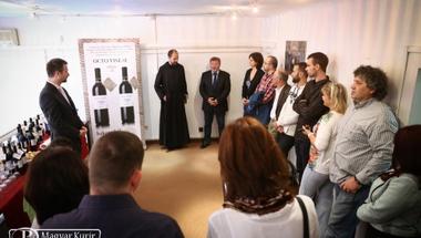 Bemutatták a bakonybéli Szent Mauríciusz-monostor Octo Vineae borait