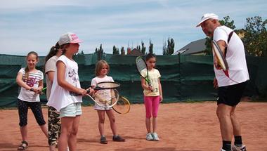 Mozgó Világ: Tenisz az úszótáborban