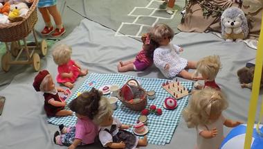 Birkózó, piknikező, horgászó babák