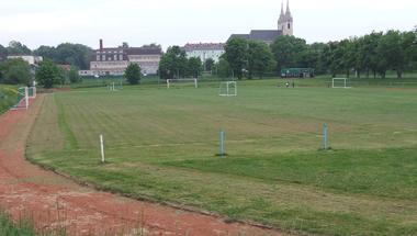 Kézilabdacsarnok és műfüves focipálya Zircen?
