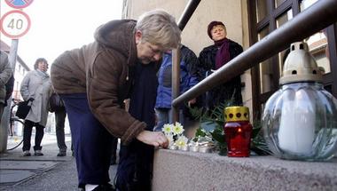 Civilek emlékeztek a magát szíven szúró férfira Veszprémben