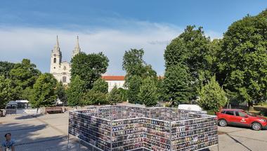 A világ összes népviselete - Dávid Botond kiállítása Zircen,a Rákóczi téren