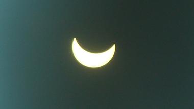 A napfogyatkozás első képei Zircről