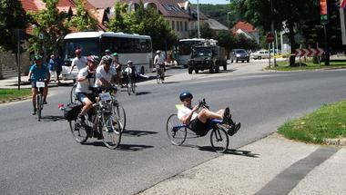 Futva, kerékpározva építenek lelki közösséget