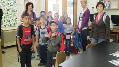 Bakonybéli gyerekek a Városi Könyvtárban