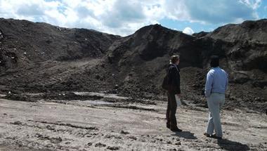 """Kép-újság, 142. szám 2014. 05. 28.  """"Kirándulás"""" a (felszámolandó) hulladékhegyek közt"""