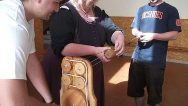 A szív vezeti a szálakat – kötélverés Pappné Rácz Ildikóval a zirci művelődési házban