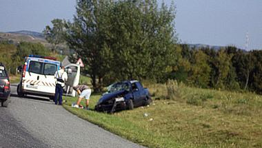 Árokba hajtott egy autó Hajmáskérnél, ketten megsérültek