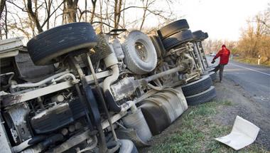 Árokba csúszott egy 50 tonnás kamion Zircnél
