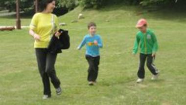 Madárfüttyös zöld erdőben futottunk