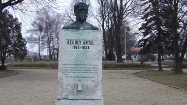 Reguly Antal Emlékművének durva dekorációja