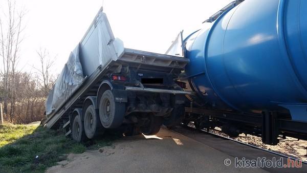 16-11-28_vonat-kamion_utkozes_nyulon.jpg