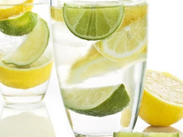 Ezért igyál meleg vizet citrommal