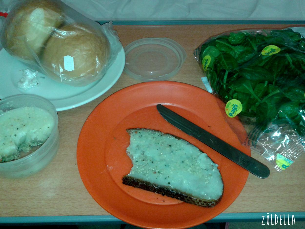 Vitt szeletelt kenyér szendvicsporos kókuszzsírral és bébi spenóttal.