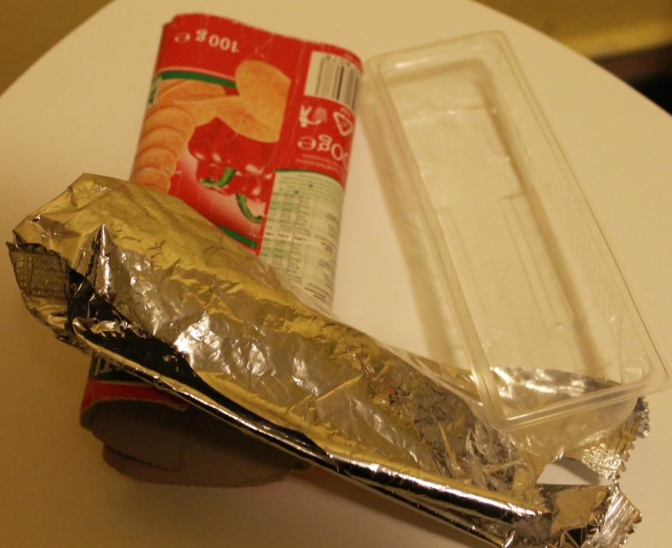 A chipszes zacskók közül az egynemű, csak egyféle anyagot tartalmazó a leginkább környezetbarát megoldás, mivel így szelektíven gyűjthető a hulladék. A képen látható termék agyoncsomagolt, ezért nem környezetbarát.