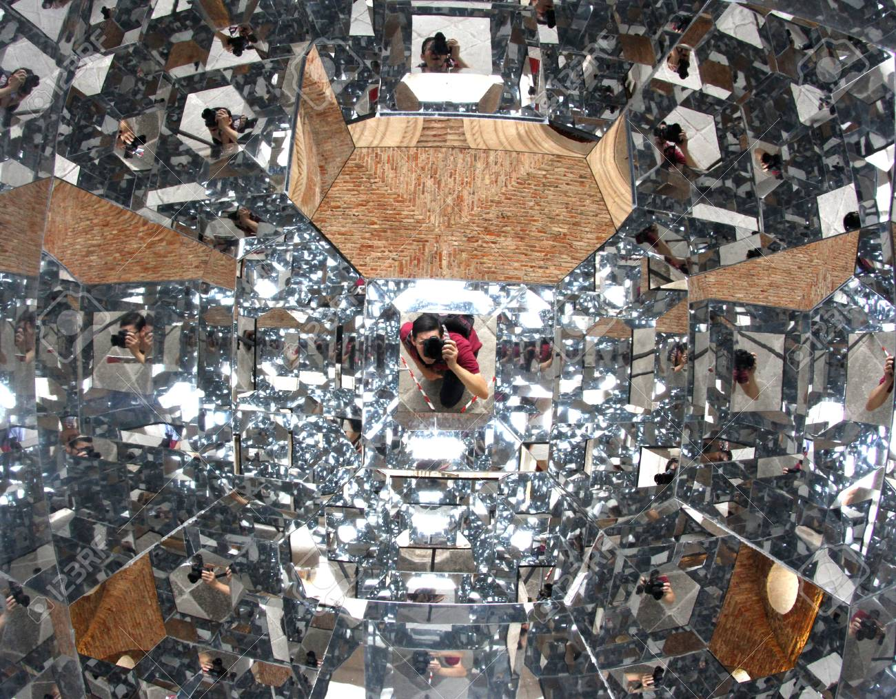 22511158-photographer-with-a-thousand-mirrors-while-running-a-self-timer-reflected-a-thousand-times.jpg