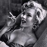 Cigarettázó hírességek
