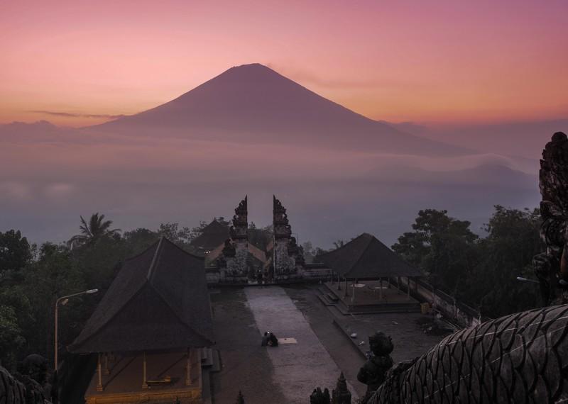 A híres kapu - Bali, Indonézia .Háttérben pedig a Batur vulkán.