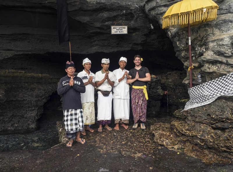 Áldás a helyiektől Balin - Tanah Lot Temple
