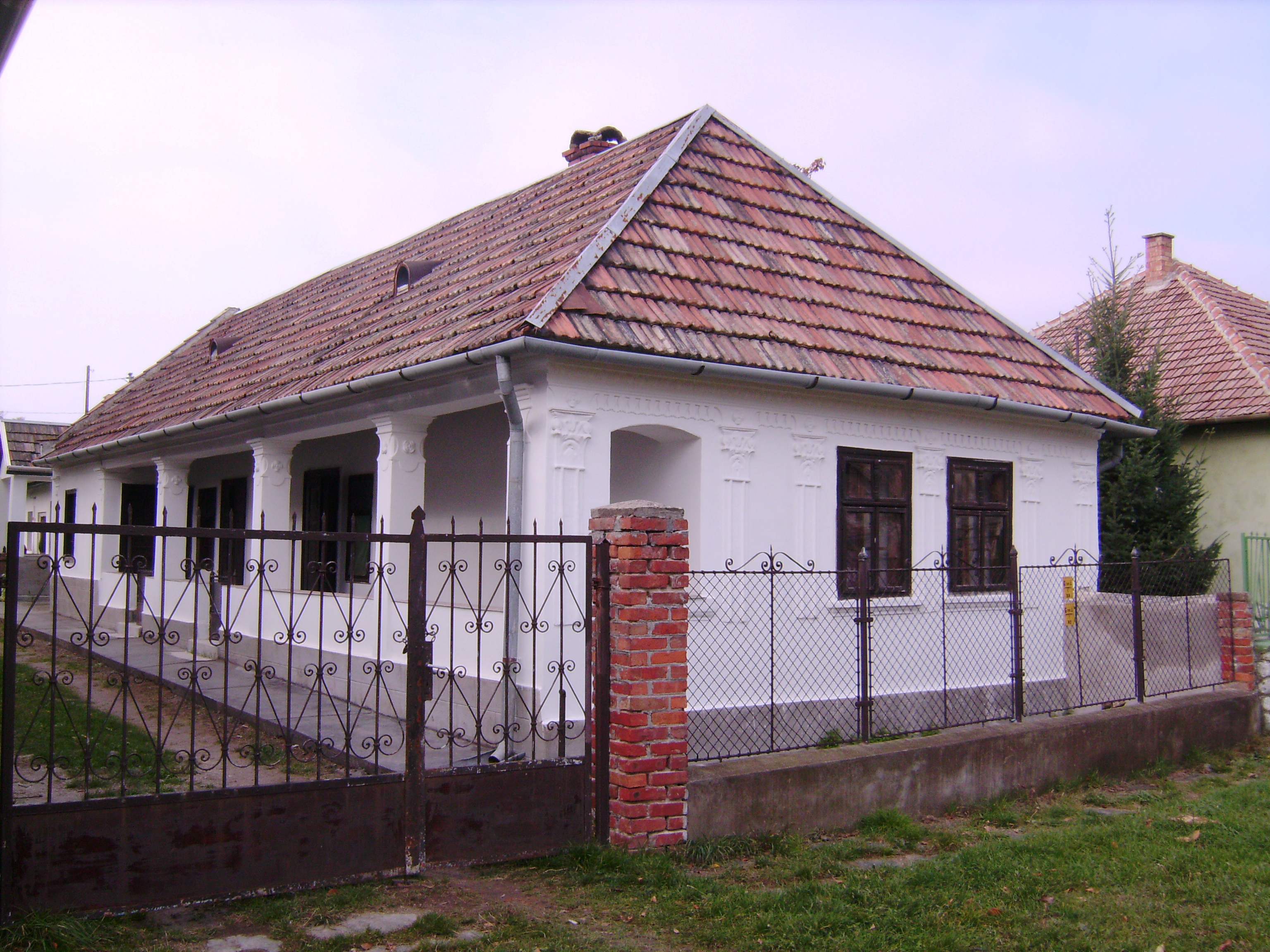 Egy jellegzetes helyi ház, nekünk nagyon-nagyon tetszik. Ez is bekerült a kedvenc házak közé.