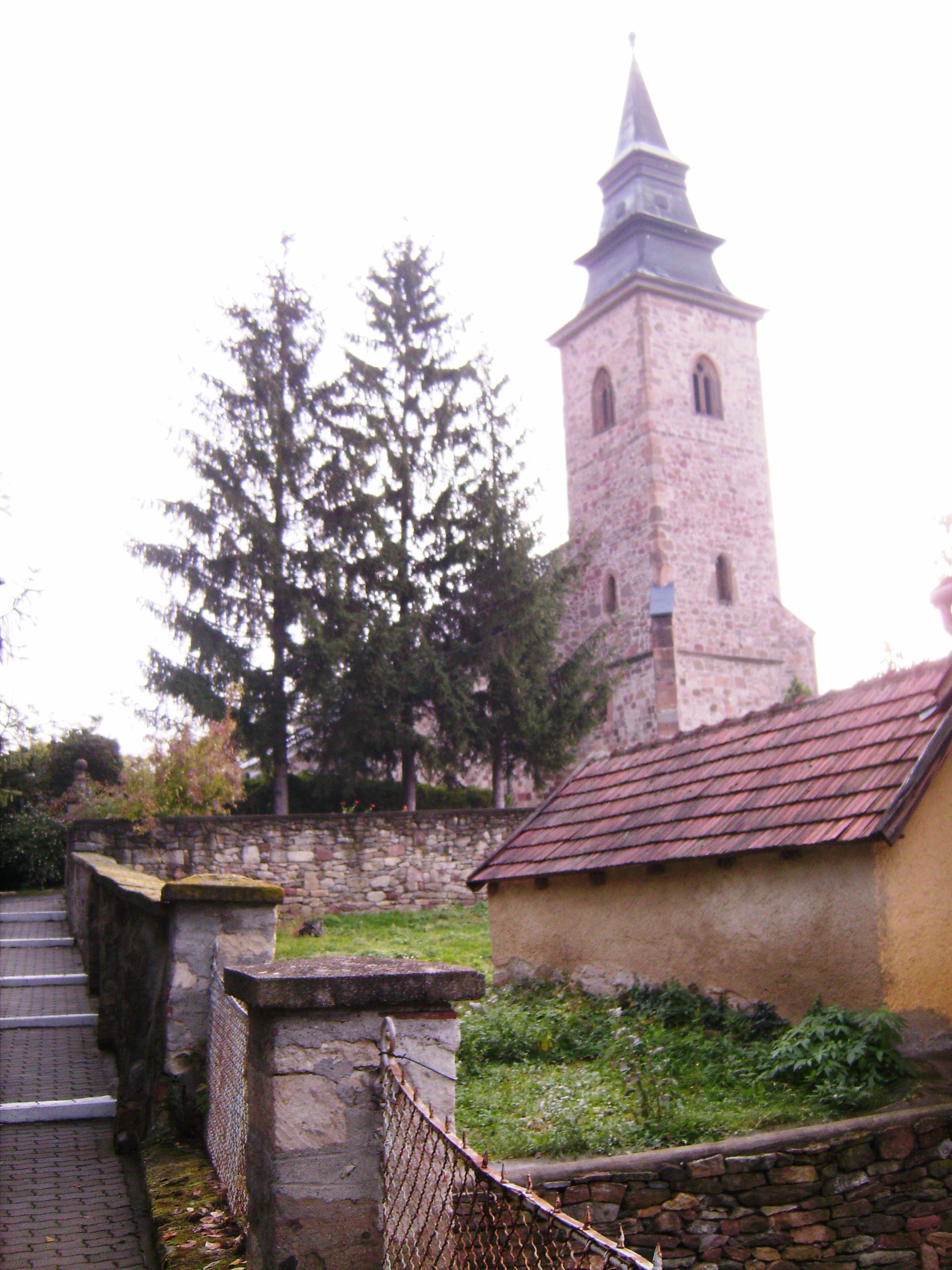 A község központjában áll a Szent Márton tiszteletére szentelt római katolikus templom, amely a helyben bányászott, faragott vöröses kőből épült.