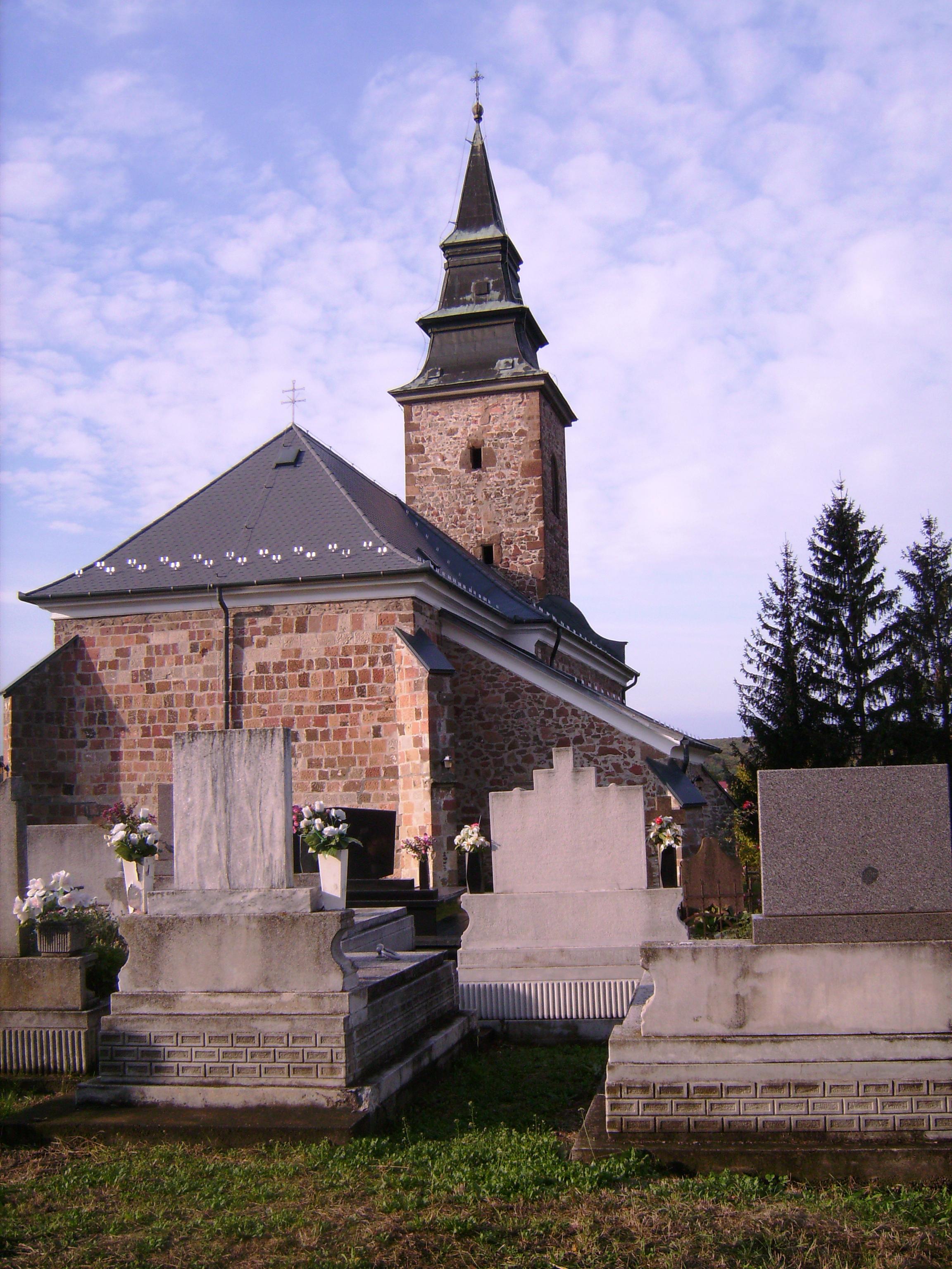 1958-as felújításakor kerültek elő XIII. századi, román kori részletei. Gótikus stílusban a XIV. században építették át.