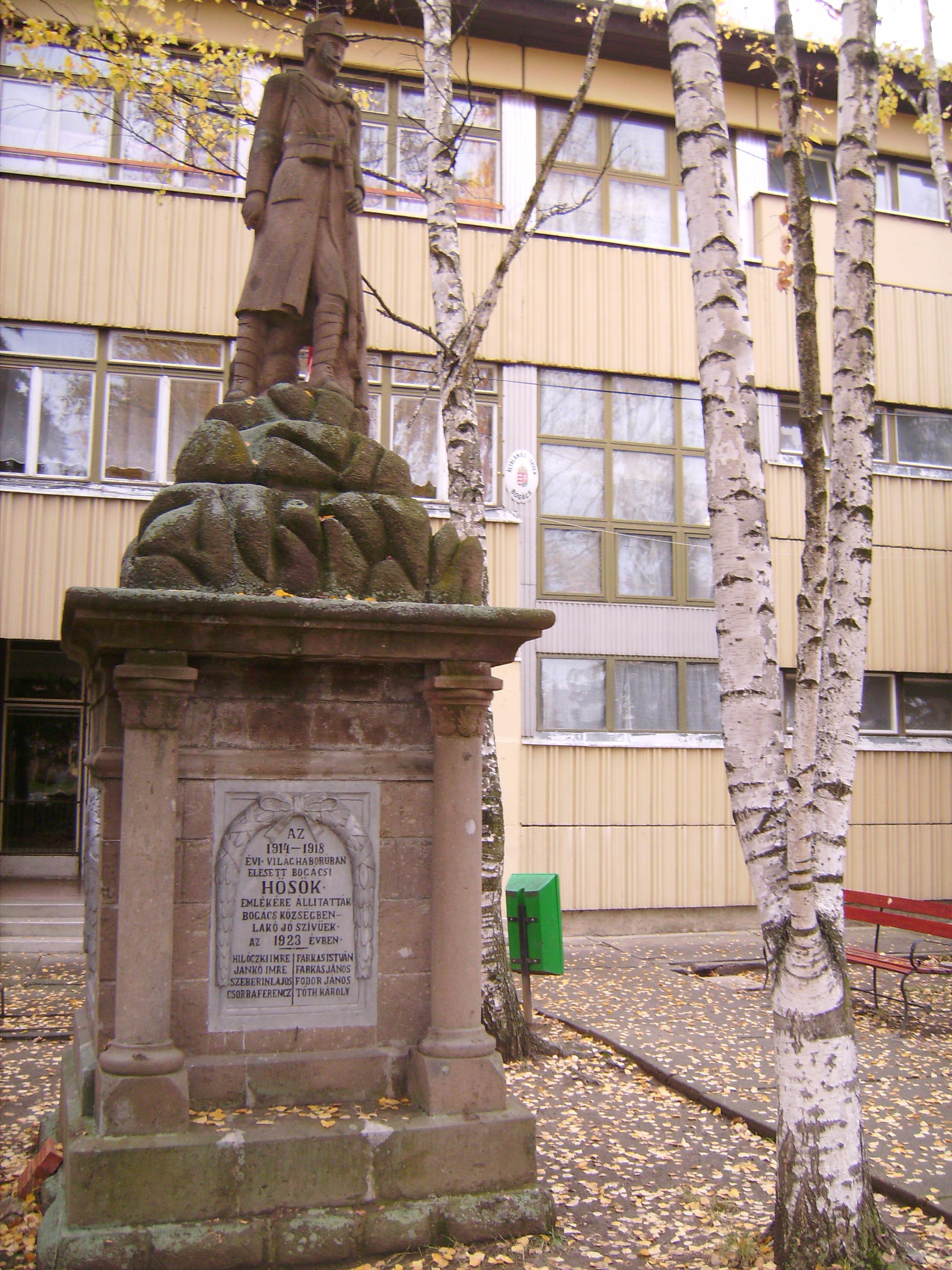 I. világháborús emlékmű<br />Az emlékművet az 1920-as években Csiki János készítette, a felújítást unokája, Csiki László kőfaragó mester és dédunokája, ifj. Csiki László kőszobrász végezte.