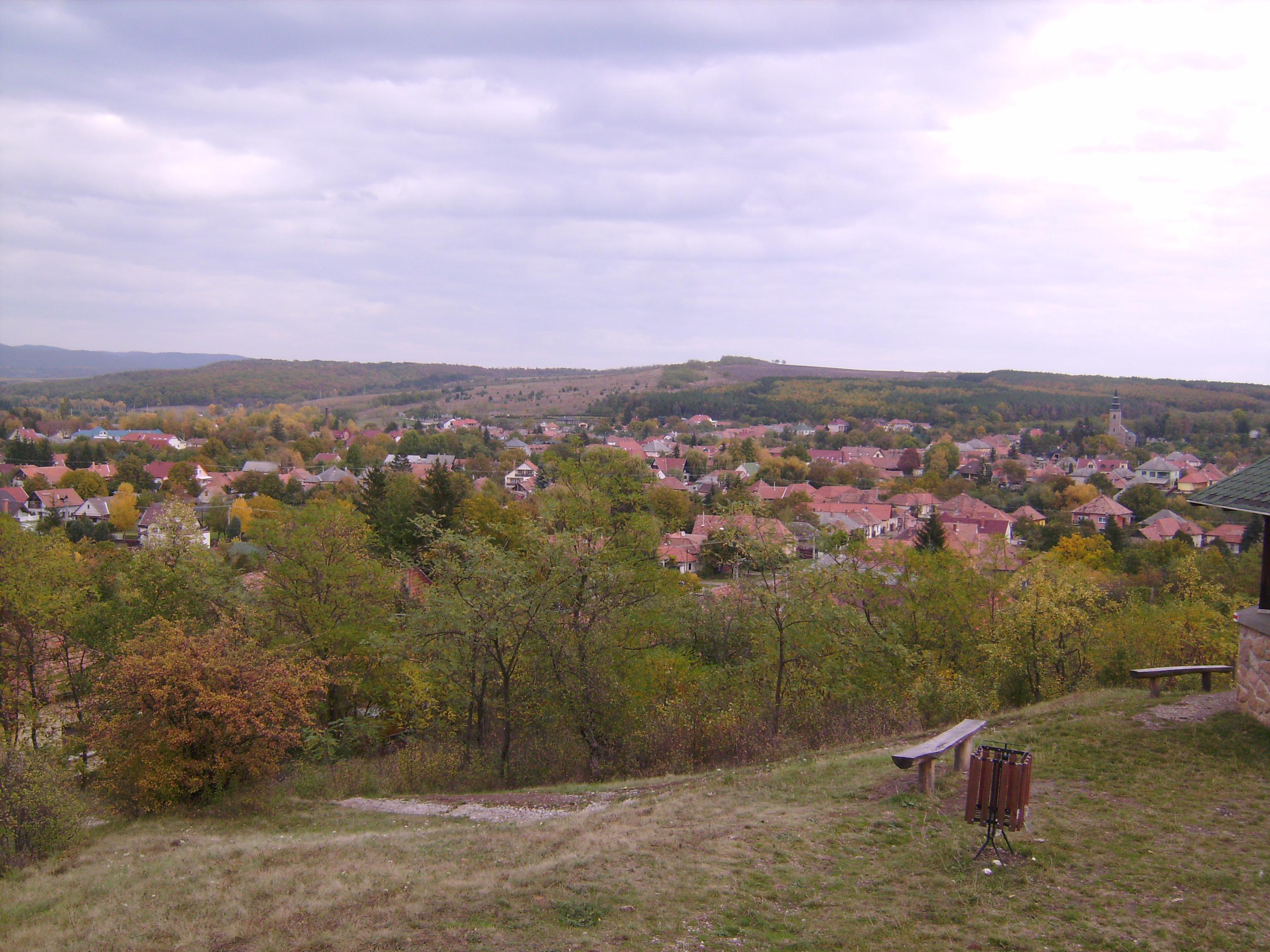 A település fölé magasodó dombtetőn álló millenniumi kilátóból csodálatos panoráma nyílik a falura és a Bükkaljára.